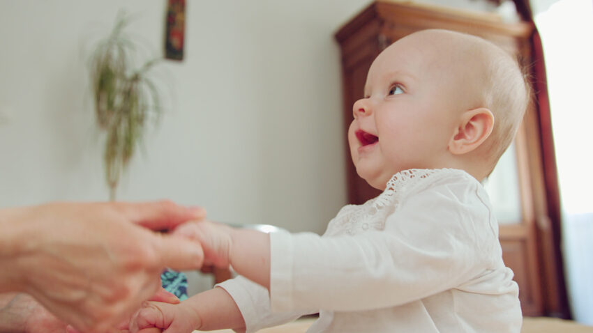 Leg og tal med dit spædbarn – det udvikler hjernen
